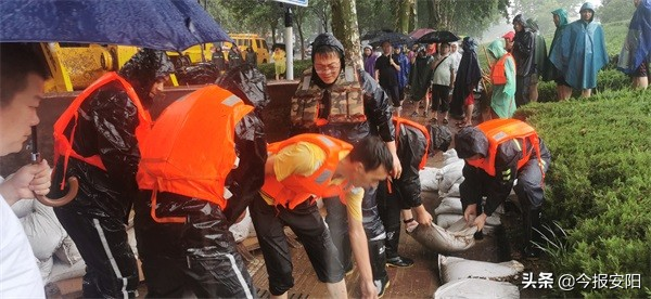 安阳益和亚博唯一官网集团30人抢险队逆流而上,奋战在抗洪一线
